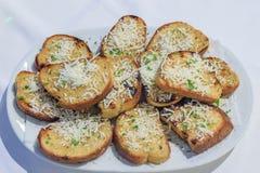 Pain frit dans un barbecue et arrosé avec le parmesan Photo stock