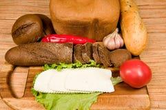 Pain, fromage et légumes. photographie stock