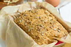 Pain gratuit de beurre d'oeufs, de fromage et de gluten fait maison, brioche, dans le plat de cuisson sur un fond en bois blanc c Photographie stock