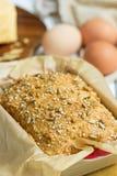Pain gratuit de beurre d'oeufs, de fromage et de gluten fait maison, brioche, dans le plat de cuisson sur un fond en bois blanc c Photo libre de droits