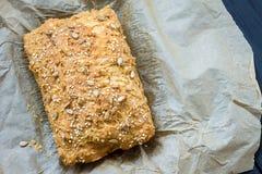 Pain gratuit de beurre de gluten fait maison, brioche, dans le plat de cuisson sur Grey Wooden Background foncé, vue supérieure Photo libre de droits