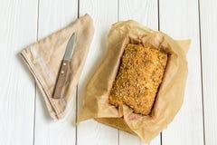 Pain gratuit de beurre de gluten fait maison, brioche, dans le plat de cuisson sur un fond en bois blanc clair Images libres de droits