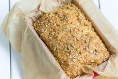 Pain gratuit de beurre de gluten fait maison, brioche, dans le plat de cuisson sur un fond en bois blanc clair, horizontal Photos libres de droits