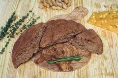 Pain gratuit de gluten sur le fond en bois de la vue supérieure Pains faits maison mélangés de farine d'amaranthe Consommation sa Photographie stock