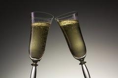 Pain grillé avec deux verres de champagne le réveillon de la Saint Sylvestre Photo stock