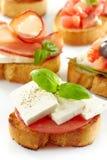 Pain grillé avec du fromage de chèvre et la tomate frais Images libres de droits