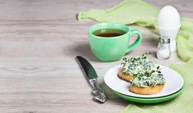 Pain grillé avec du fromage et des épinards pour le petit déjeuner photographie stock libre de droits