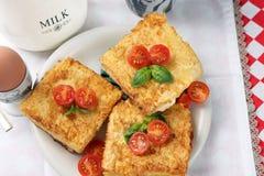 Pain grillé avec du fromage et des tomates photos libres de droits