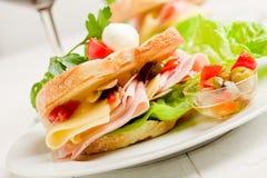 Pain grillé avec du fromage et le jambon Photographie stock
