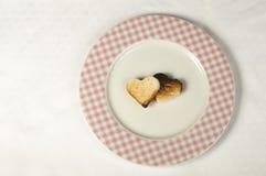 Pain grillé avec en forme de coeur Photo stock