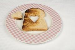 Pain grillé avec en forme de coeur Photographie stock