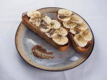 Pain grill? avec la banane, le chocolat et les pistaches photo libre de droits