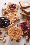 Pain grillé avec le beurre d'arachide et le plan rapproché de gelée vertical images stock