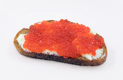 Pain grillé avec le caviar rouge image stock