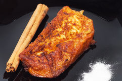 Pain grillé, cannelle et sucre de Torrija d'un plat noir. Images libres de droits