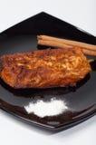 Pain grillé, cannelle et sucre de Torrija d'un plat noir. Photos libres de droits
