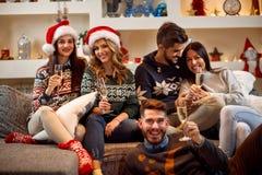 Pain grillé d'amis et de célébration Noël à la maison Images libres de droits