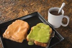 Pain grillé d'oeufs de crème anglaise et café chaud images stock