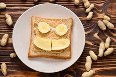 Pain grillé de beurre d'arachide avec des tranches de banane image stock
