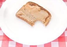 Pain grillé de beurre d'arachide de plaque photographie stock