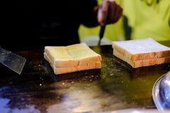 Pain grillé de beurre faisant cuire sur la casserole chaude photos libres de droits
