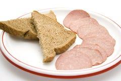 Pain grillé de Brown avec le salami de la plaque Photo libre de droits