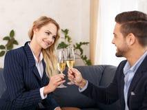 Pain grillé de femme d'affaires avec l'homme d'affaires dans le bureau Photographie stock