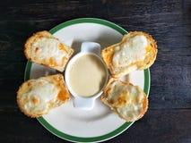 Pain grillé de fromage avec de la crème de salade photos stock