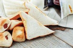 Pain grillé de jambon et bourré sur en bois Photographie stock