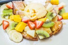 Pain grillé de miel avec le fruit Photos stock