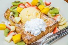 Pain grillé de miel avec le fruit Photo stock