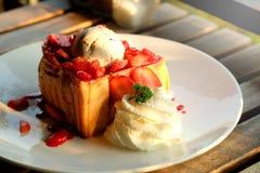 Pain grillé de miel de dessert avec la crème glacée et la fraise pendant le temps doux romantique dans le jour du ` s de valentin Images libres de droits