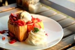 Pain grillé de miel de dessert avec la crème glacée et la fraise pendant le temps doux romantique dans le jour du ` s de valentin Photo stock