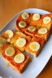 Pain grillé de pain avec du miel et la banane Image libre de droits