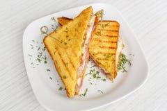 Pain grillé de sandwich grillé avec du fromage et des tomates Image libre de droits