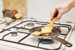 Pain grillé de secousse dans une casserole Photographie stock libre de droits