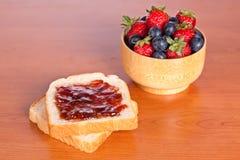 Pain grillé deux avec le bourrage, les myrtilles et les fraises photos stock