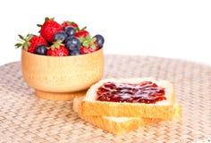 Pain grillé deux avec le bourrage, les myrtilles et les fraises photo libre de droits
