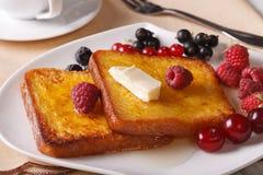 Pain grillé deux français avec du miel et des baies en gros plan horizontal Photo stock