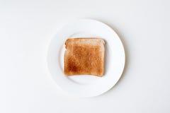 Pain grillé du plat blanc d'en haut photo libre de droits