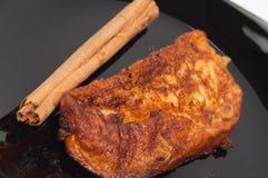 Pain grillé et cannelle de Torrija d'un plat noir. Images stock