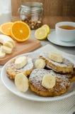 Pain grillé français au bonbon, avec la banane arrosée avec du sucre Image libre de droits