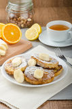 Pain grillé français au bonbon, avec la banane arrosée avec du sucre Photographie stock