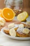 Pain grillé français au bonbon, avec la banane arrosée avec du sucre Photo stock