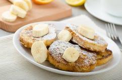Pain grillé français au bonbon, avec la banane arrosée avec du sucre Image stock