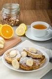 Pain grillé français au bonbon, avec la banane arrosée avec du sucre Photos stock