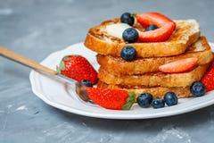 Pain grillé français avec des baies Photos stock