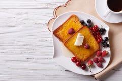 Pain grillé français avec du miel et des baies d'un plat horizon de vue supérieure image libre de droits
