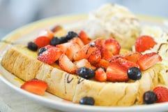 Pain grillé français avec la crème glacée de fraise, de myrtille et  Image stock