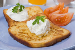 Pain grillé français avec la tomate et la crème aigre Photographie stock libre de droits